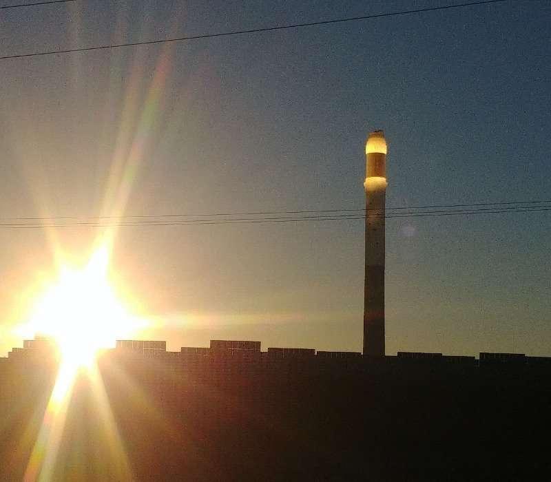 L'impianto a torre Noor 3 della centrale solare di Ouarzazate. Ben visibile la torre che riceve la luce riflessa dagli specchi.