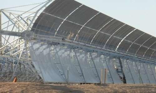 Specchi parabolici della centrale solare Noor 1. La luce solare viene concentrata dagli specchi parabolici nel loro fuoco, dove c'è un tubo in cui scorrono i sali sciolti che devono essere riscaldati.