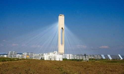 Un esempio di centrale solare a torre come Noor 3. Gli specchi riflettono la luce solare verso la torre, in cui sali sciolti vengono riscaldati ad altissime temperature.