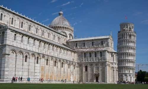 Visuale della Cattedrale di Santa Maria Assunta in Piazza del Duomo, dove a fianco si trova la torre di Pisa, detta anche torre pendente.