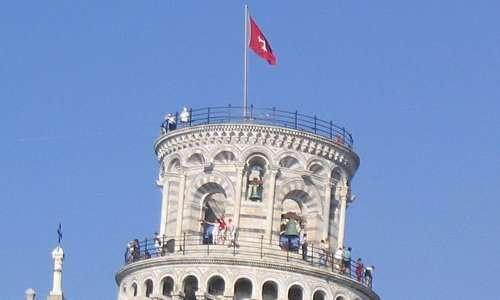 Ogni campanile possiede le sue campane, la torre di pisa possiede ben 7 campane nella sua cella campanaria.