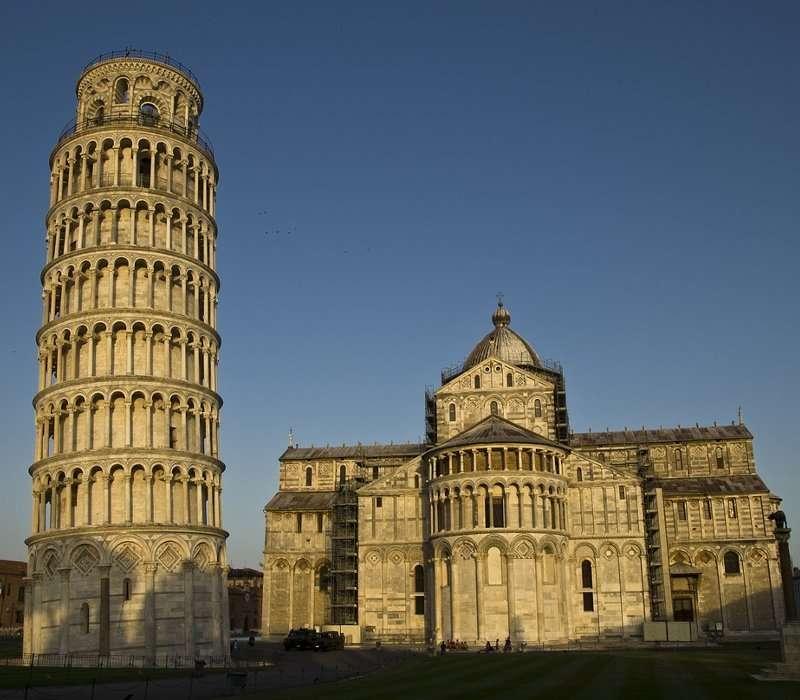 Caratteristiche architettonica, inclinazione e storia della torre di Pisa. QUesto e molto altro sulla torre pendendete più famosa del globo.