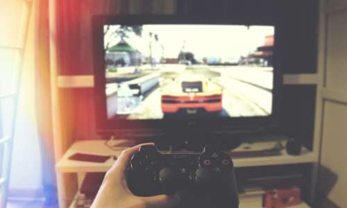 I videogiochi possono essere strumenti pericolosi per i nativi digitali se non se ne limita il loro uitlizzo. I giochi si shcermo spesso causano dipendenze a cui molto di rado i ragazzi riescono a sottrarsi negli anni dell'adolescenza.