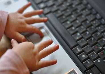 I nativi digitali sono quei bambini e ragazzi nati nell'era della tecnologia come la conosciamo oggi e che passano fin troppo tempo ad utilizzarla.