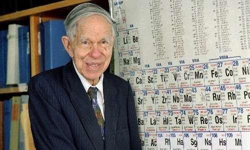 Il chimico statunitense Glenn Seaborg con la tavola periodica, cui ha contribuito con la scoperta di molti nuovi elementi tra cui il plutonio
