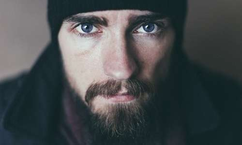 Avere la barba lunga può mettere a rischio la salute della pelle.