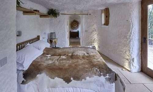 La confortevole stanza da letto della Rockhouse, la casa da uomo delle caverne scavata nella roccia.