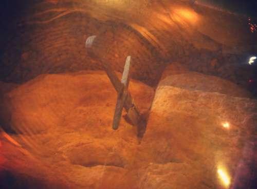La spada nella roccia è protetta da una teca di vetro.