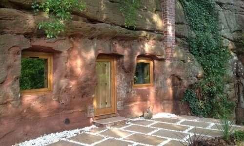 Facciata della Rockhouse Retreat, scavata dal moderno uomo delle caverne Angelo Mastropietro.