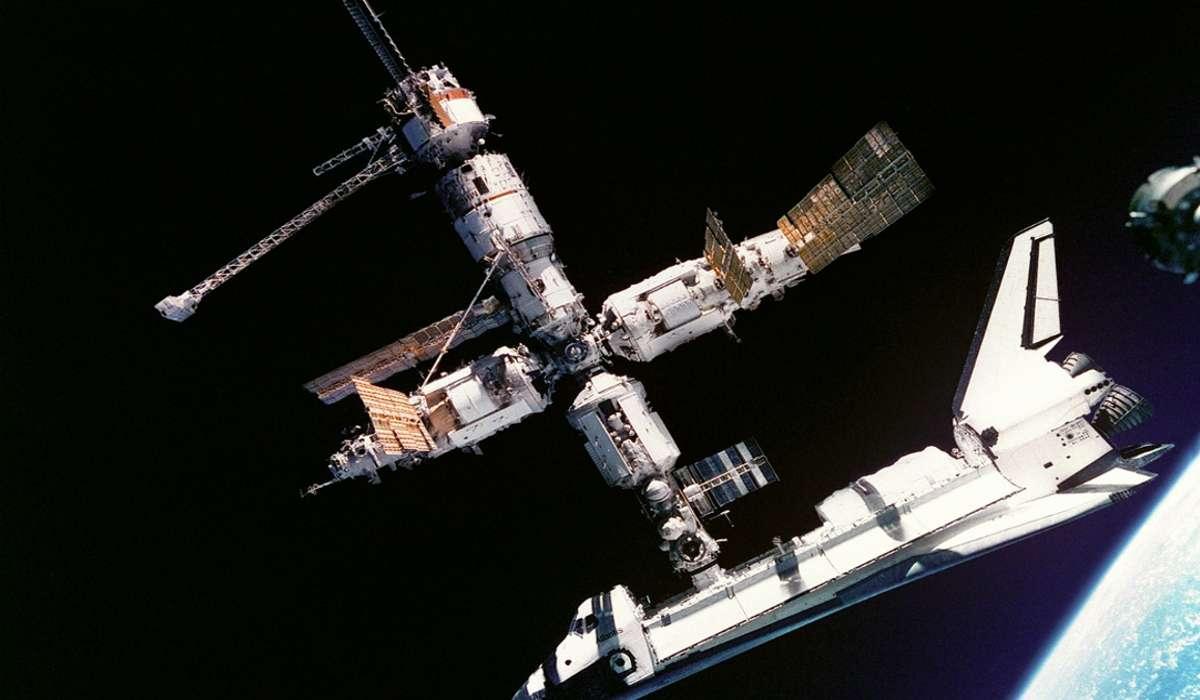 Quale evento insolito è accaduto ai cosmonauti sovietici Sergei Krikalev e Aleksandr Volkov quando sono rimasti a bordo della stazione spaziale Mir nel 1991?