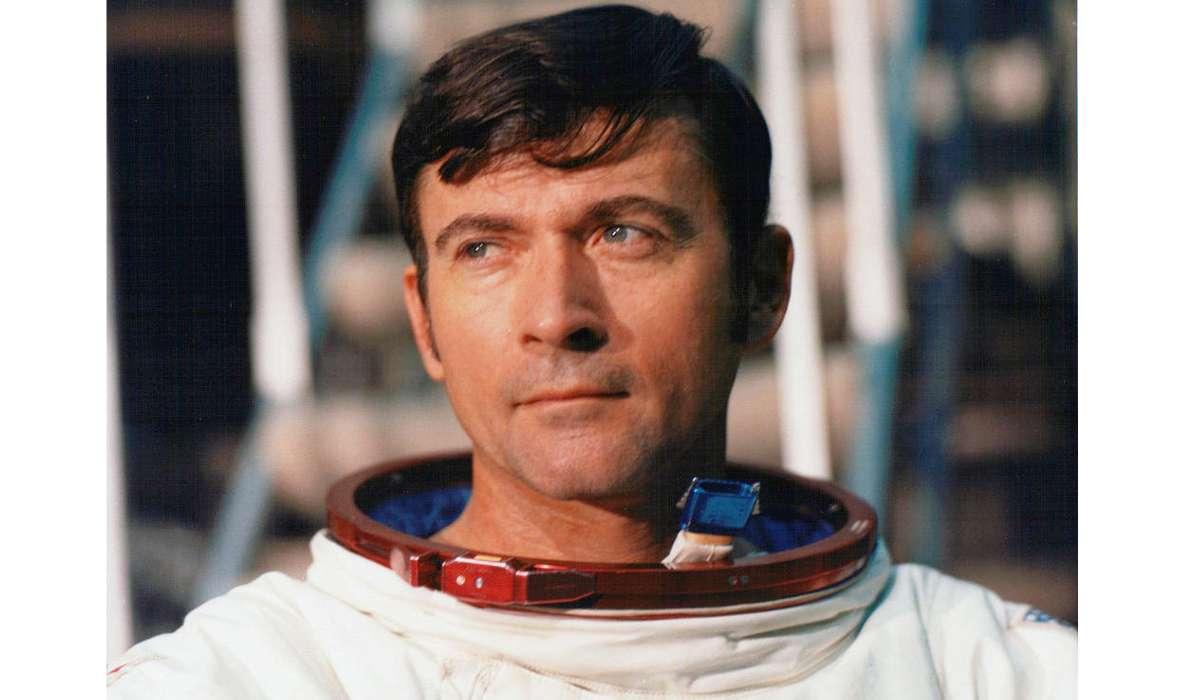 John Young è stato il primo astronauta a fare cosa?