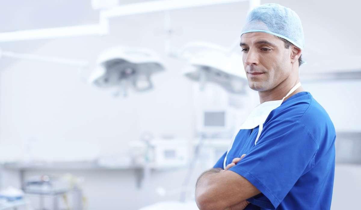 Chi ha avuto un ruolo chiave nel trasformare l'organizzazione e il curriculum della moderna educazione medica?