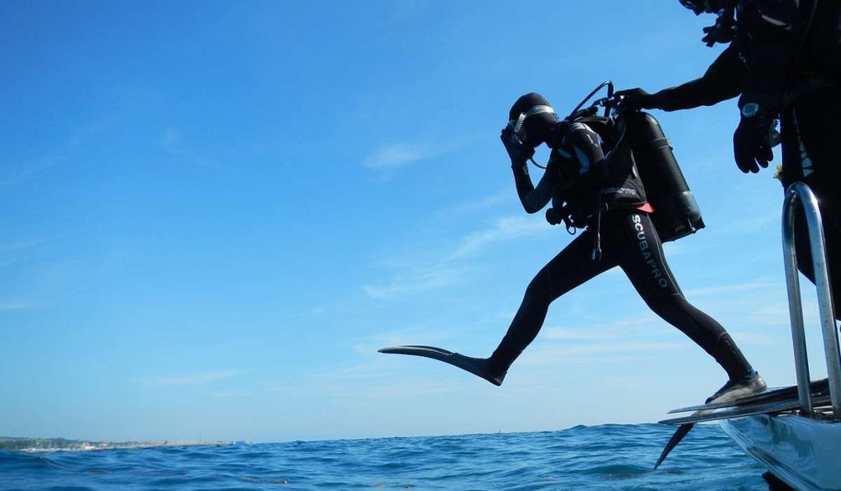 A 10 metri di profondità del mare a che pressione esercitata dall'acqua deve resistere un sub?