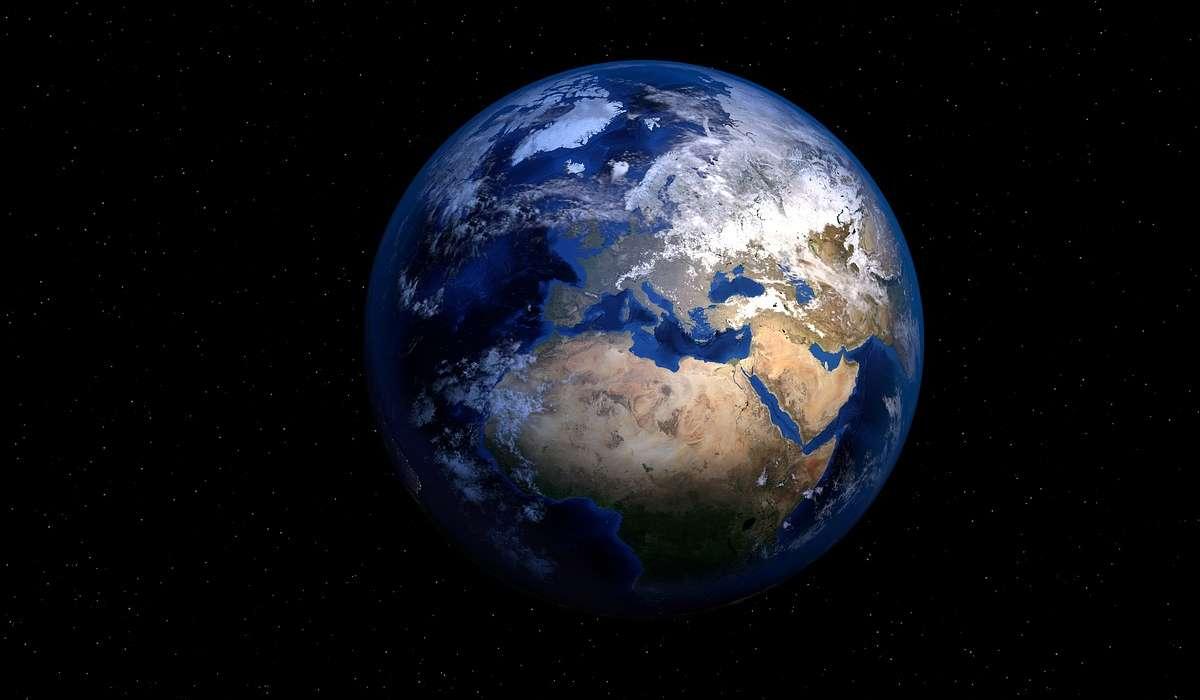 La Terra rilascia energia nell'universo, emettendo radiazioni a quale lunghezza d'onda rispetto a quelle che riceve dal Sole?