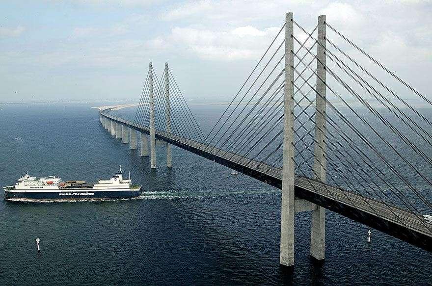 Il ponte di Øresund permette la navigazione dell'omonimo stretto.