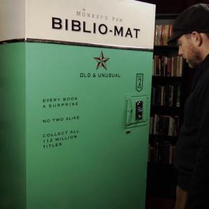 Biblio-mat è un distributore fuori dal comune che distribuisce libri.