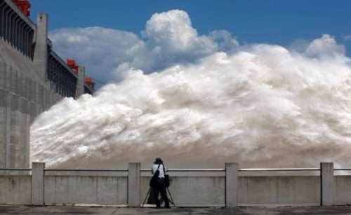 L'incredibile potenza dell'acqua della diga