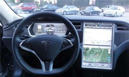 La plancia della Tesla S: sportiva e tecnologica