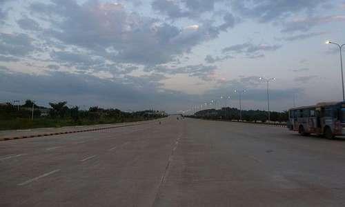 La città di Naypyidaw al tramonto appare deserta.