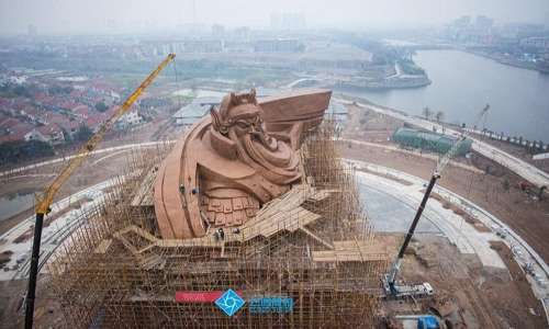 Un'immagine della statua in costruzione