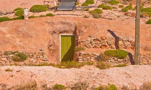 La vista esterna di una caratteristica casa sotterranea di Coober Pedy