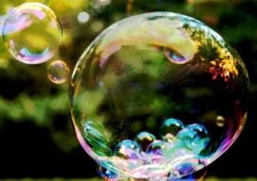 Si può apprezzare nell'immagine un insieme di bolle di sapone. SI tratta della fisica delle bolle di sapone