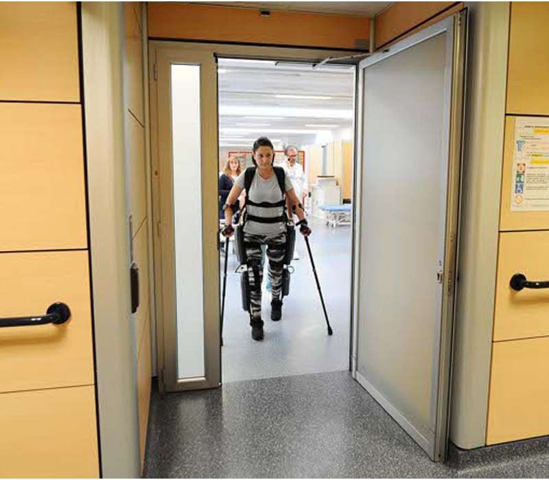Rewalk: un esoscheletro innovativo che aiuta le persone con lesioni al midollo spinale a camminare nuovamente