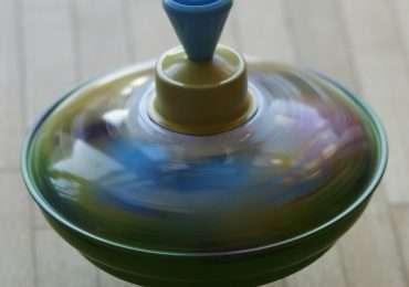 Il principio del giroscopio può essere semplificato pensando ad una trottola