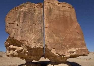 Al Naslaa, una misteriosa roccia divisa in due da un taglio preciso.