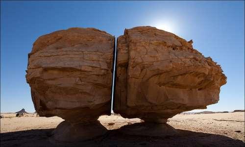 Il retro di Al Naslaa, roccia divisa da un misterioso taglio netto,.