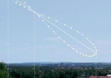 Questo analemma ha il lobo inferiore in alto ed è inclinato, quindi deduciamo che è composto da foto prese dell'emisfero boreale e non a mezzogiorno