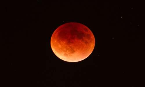 La luna è rossa durante le eclissi. Spiegazione: i raggi del sole vengono dispersi nello spazio e arrivano arrossati alla luna.