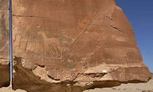 Le incisioni rupestri su Al Naslaa, la roccia divisa in due da un preciso taglio netto.