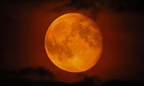 Perchè la Luna è rossa? spiegazione: dipende dalle particelle nell'atmosfera terrestre.