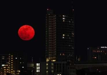 La luna è rossa a volte, un fenomeno particolare che si verifica soprattutto nel momento in cui essa sorge o tramonta.