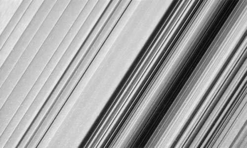 Una parte esterno dell'anello B di Saturno immortalata dalla sonda durante questa sua penultima fase della missione spaziale Cassini-Huygens.