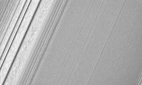 Un'onda densità dell'anello A di Saturno, scattata dalla sonda Cassini durante la missione spaziale Cassini-Huygens.