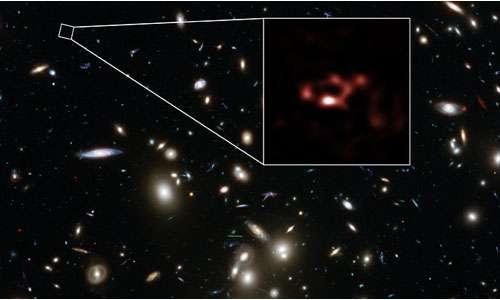 In rosso si può apprezzare la galassia A2744_YD4, come osservata dallo strumento ALMA. Essa è ricca in polveri stellari