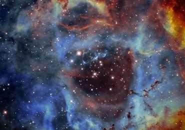 Immagine di una nebulosa. I colori che si apèprezzano sono indicativi di atomi e molecole diverse. Si tratta di polvere di stelle