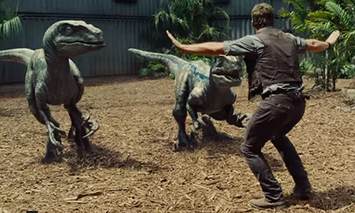 Incontro tra Chris Pratt e i dinosauri velociraptors in una delle scene di Jurassic World.