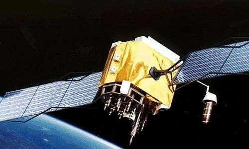 La costanza della velocità della luce crea problemi ai satelliti GPS, attraverso il fenomeno della dilatazione temporale. Questo problema è risolto tramite l'utilizzo della teoria della relatività ristretta.