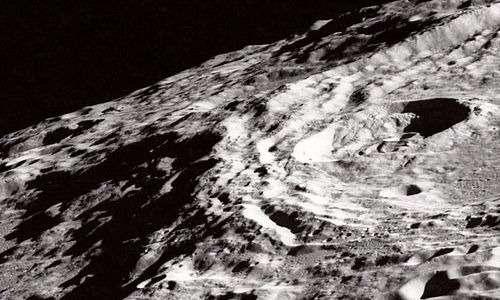 Gli zirconi della Luna fanno sì che la Luna sia considerata una vecchia signora.
