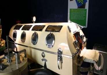 Il polmone d'acciaio ha delle finestre plastificate per vedere il corpo del paziente.