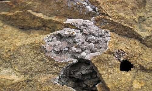 Un vug, diverso da un geode per l'assenza dell'involucro esterno.
