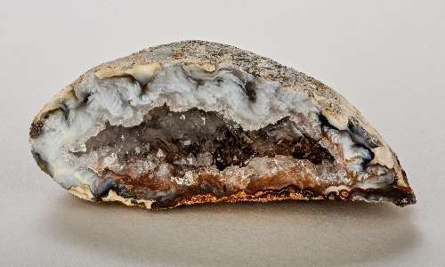 Un geode di agata con cristalli di quarzo.