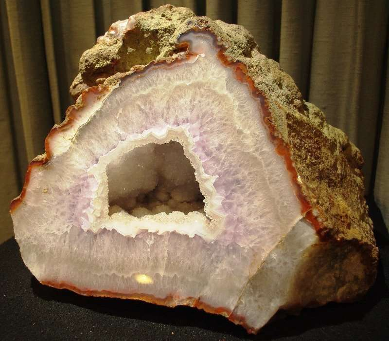 Un geode di quarzo e agata in cui è ben visibile il guscio esterno