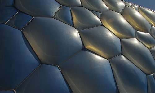 Una struttura in acciaio funge da reticolo di supporto per i cuscinetti di ETFE.