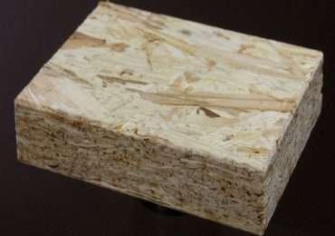 Un pannello osb, ben visibili i singoli listelli di legno e i veri strati che compongono il pannello.