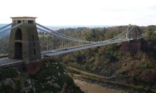 Ponte sospeso: molto evidenti i cavi principali sospesi tra i due piloni con la loro tipica forma a parabola, la maggiore differenza col ponte strallato