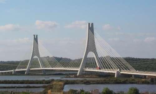 Ponte strallato con sospensione laterale degli stralli e piloni ad A